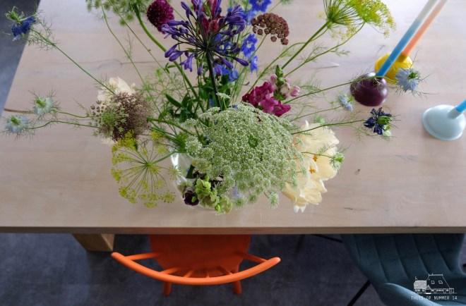 bloemen en oranje geschilderde spijlenstoel