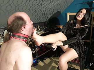 Mouth Stretching – Foot Gagging by Domina Jemma