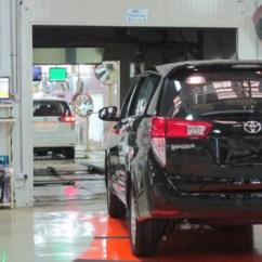 Berat All New Kijang Innova Ukuran Ban Toyota Akui Bikin Mobil 100 Persen Indonesia Viva Pekerja Sedang Mengecek Di Pabrik Karawang 1
