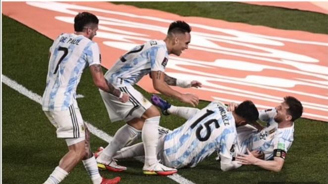 Para pemain Timnas Argentina merayakan gol.