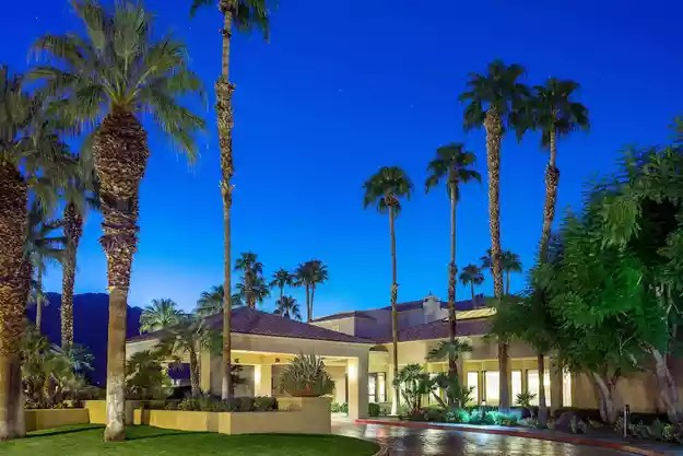 book now courtyard palm springs hurb