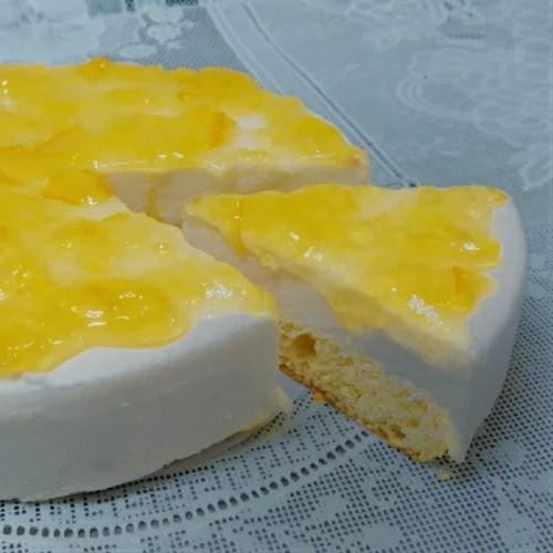 [洋ナシとのチーズケーキ] 洋梨とオレンジのソースをトッピングし味付けしました。独自の低温焼上製法で