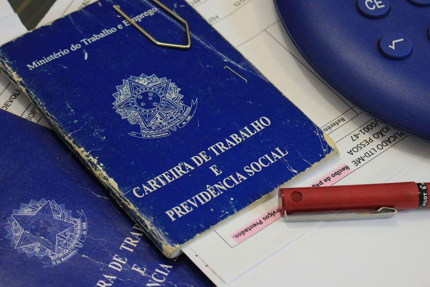carteira de trabalho foto walla santos 7 - Sine-PB oferece mais de 75 vagas de emprego nesta semana