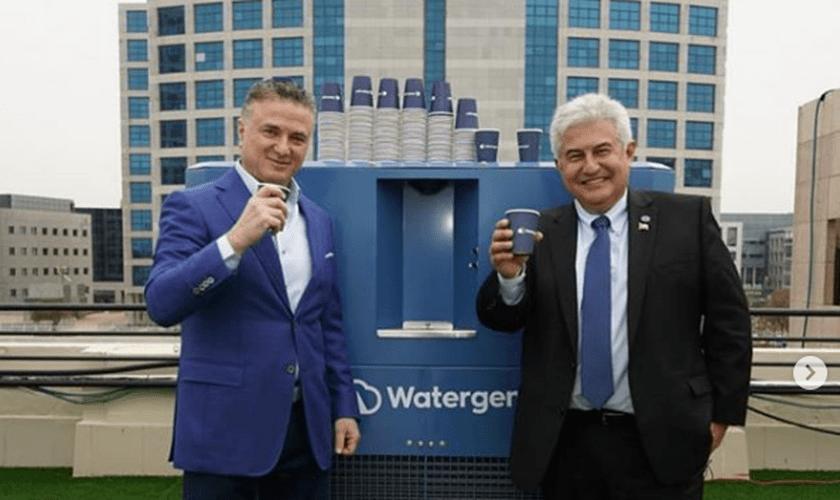A Watergen doou ao Brasil dez máquinas de médio porte, como a da foto, que podem produzir até 900 litros de água potável por dia. (Foto: Instagram/Marcos Pontes)