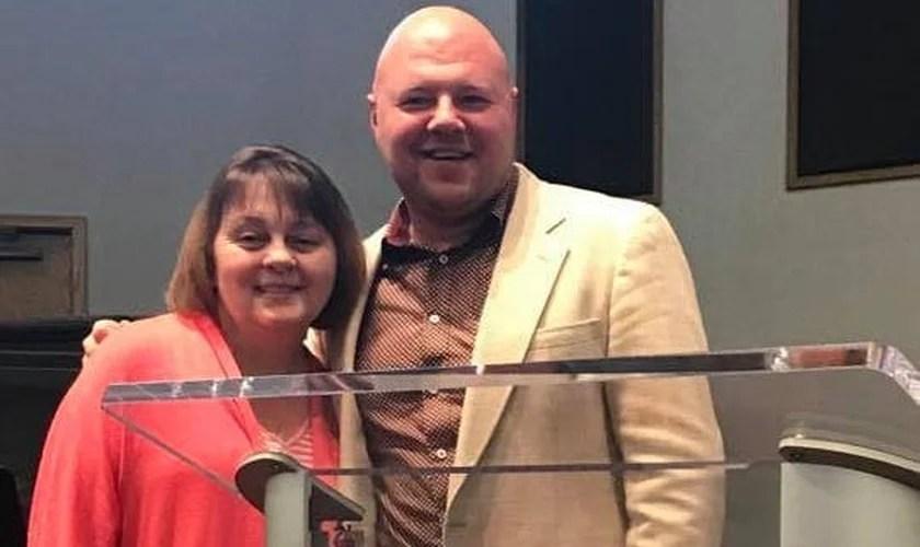 Misty Burdette ao lado de seu pastor, Brad Smith, na Igreja Assembleia de Deus. (Foto: Reprodução/Facebook)