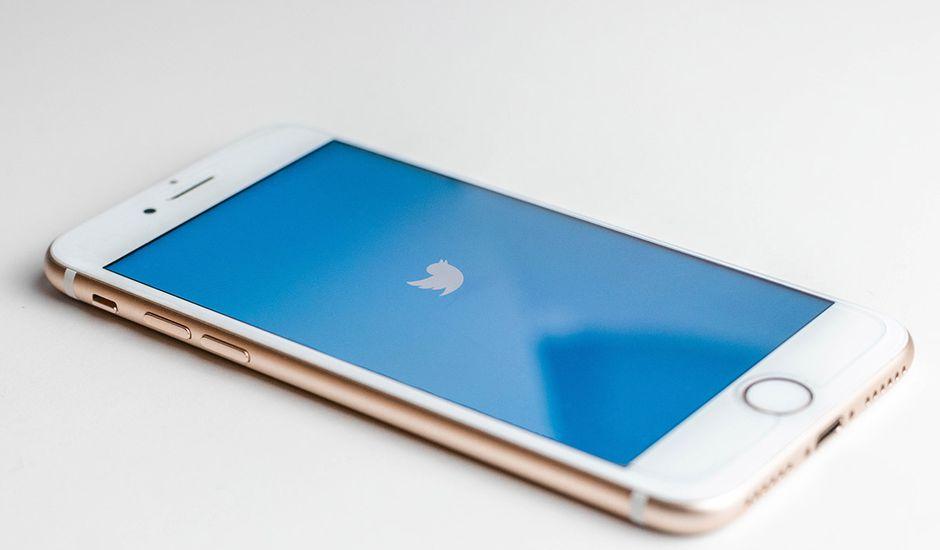 Revue web Un smartphone avec le logo Twitter affiché sur l'écran
