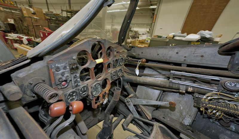 The Ho 229 V3 (above: interior of cockpit at the time of conservation) showed considerable deterioration after being stored outdoors for many years. The laminated wood was separating, paint flaking and metal rusty.