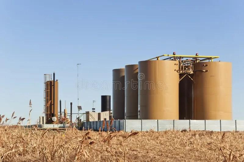 在晴朗的天空油和煤氣很好描出運行的 庫存圖片. 圖片 包括有 在晴朗的天空油和煤氣很好描出運行的 - 30401019