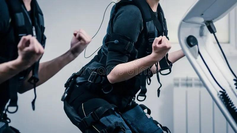 運動的堅強的人舉行一個啞鈴并且接觸ems設備的屏幕 庫存圖片. 圖片 包括有 運動的堅強的人舉行一個啞鈴并且 ...