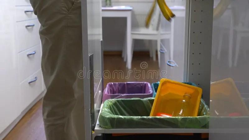 kitchen recycle bin target stools 少妇投下垃圾入厨房回收站影视素材 视频包括有诱饵 全球 容器 处理 生态 气候 现代 89273112
