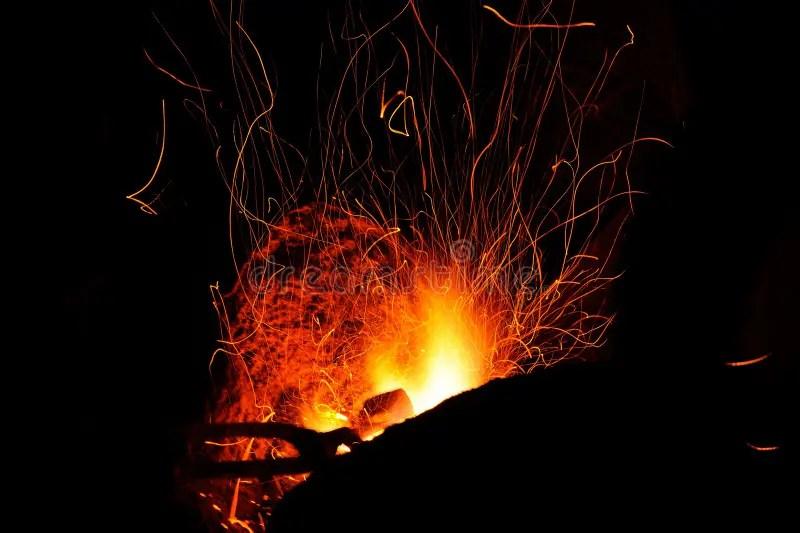熾熱線在黑背景發火花 庫存圖片. 圖片 包括有 地獄, 適應, 飛行, 抽象, 篝火, 展開, 災害, 爆燃 - 59970239