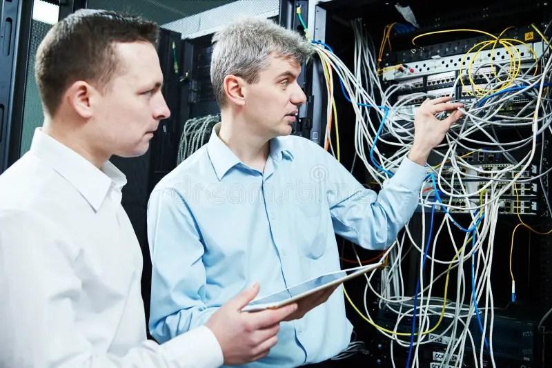 管理在服務器屋子里的兩名網絡支持工程師 庫存照片. 圖片 包括有 管理在服務器屋子里的兩名網絡支持工程師 - 74880474