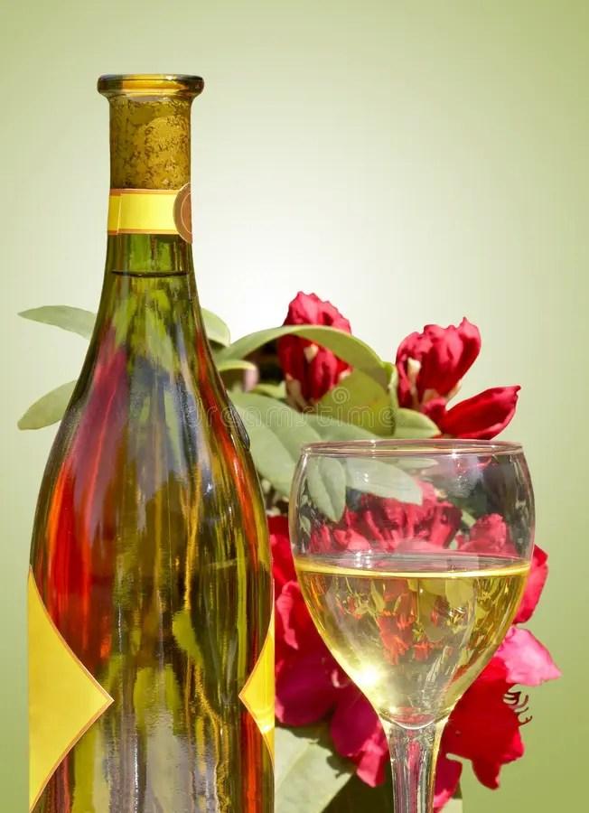 開花在佐餐葡萄酒之外的玻璃 庫存照片. 圖片 包括有 開花在佐餐葡萄酒之外的玻璃 - 21271332
