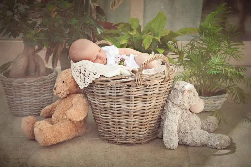 Bebé Recién Nacido Sonriente Dormido Imagen de archivo - Imagen de bebé, sonriente: 69268845