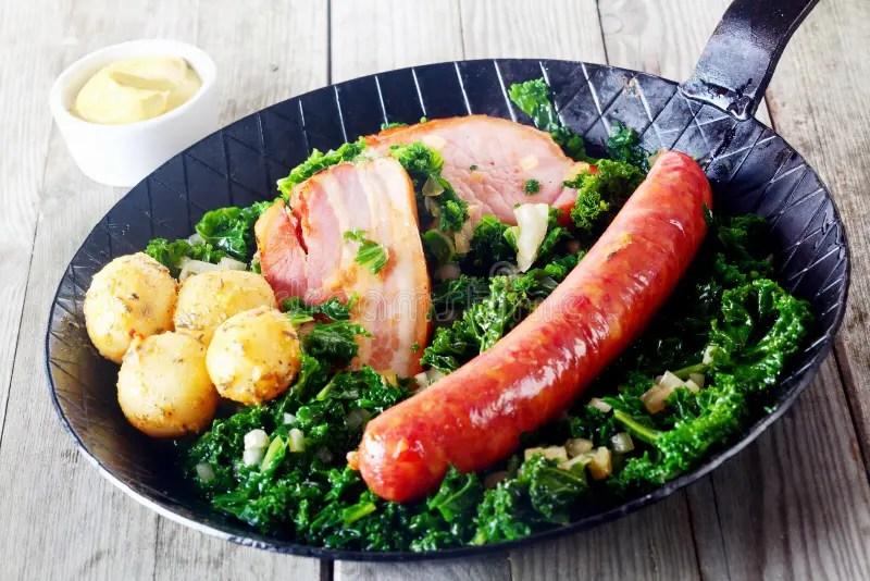 Cucina Tedesca Gastronomica Sulla Pentola Con Senape Dal Lato Fotografia Stock  Immagine di