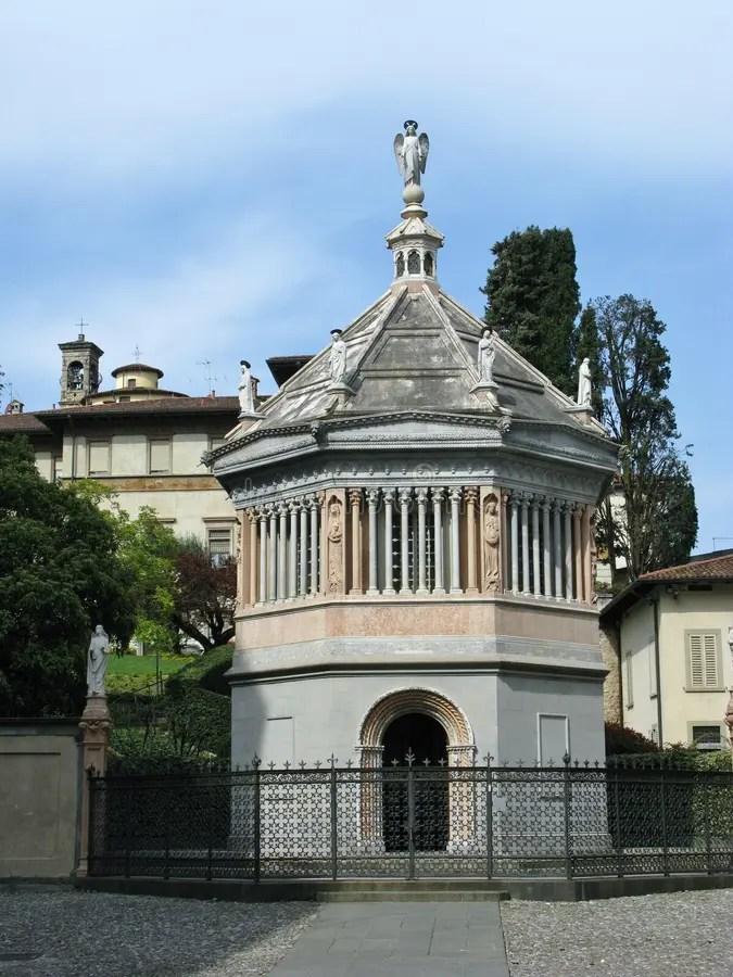 El Baptisterio De Bérgamo En Italia Septentrional Imagen de ...