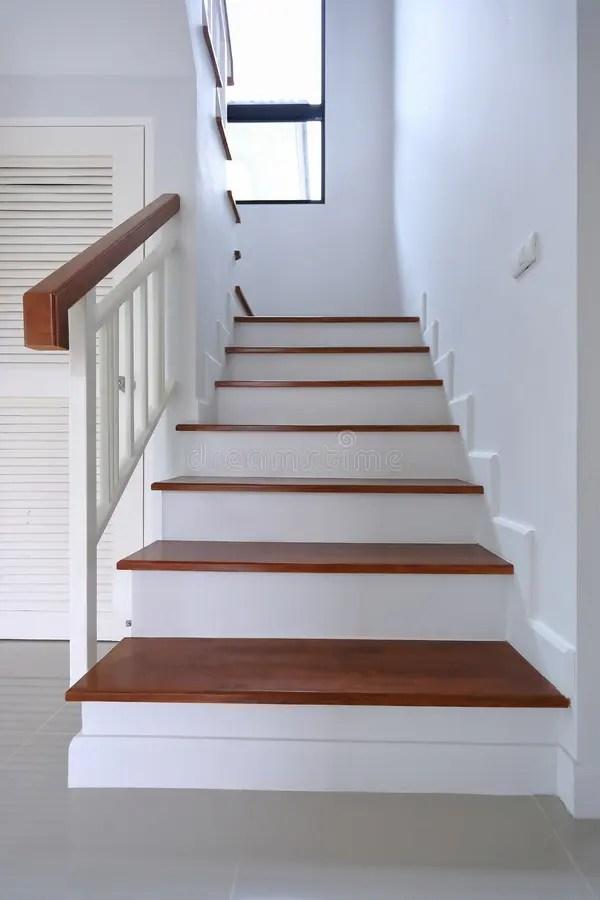 escalier avec le tapis blanc image