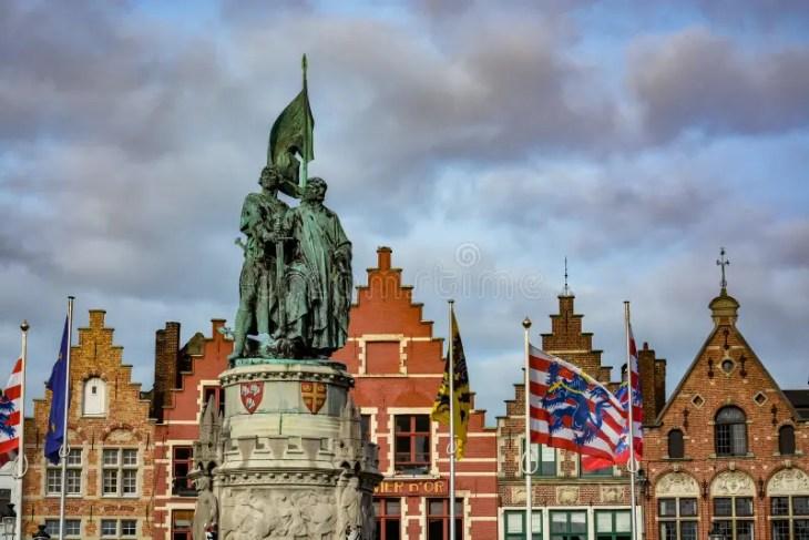 Estatua De Jan Breydel Y De Pieter De Coninck En Brujas Fotografía ...
