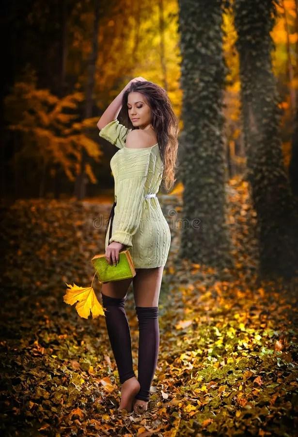 Giovane Donna Sensuale Caucasica In Un Paesaggio Romantico