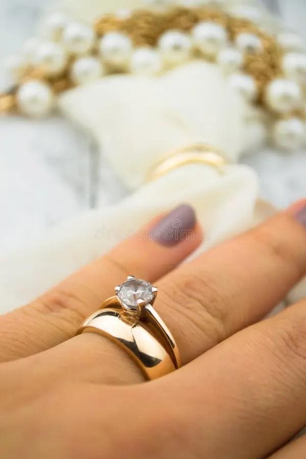 Goldener Ehering Auf Finger Stockfoto  Bild 61865328