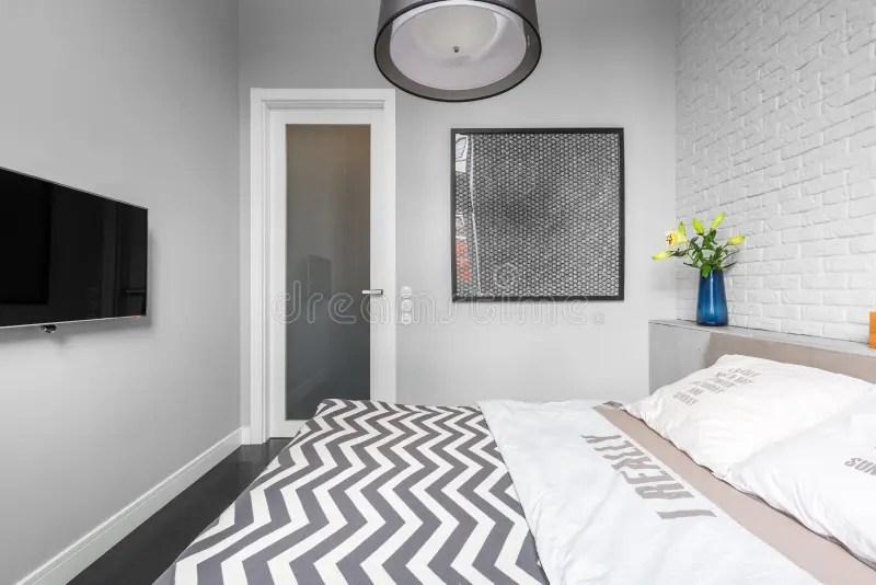 Slaapkamer Met Rode En Grijze Decoratie Stock Foto