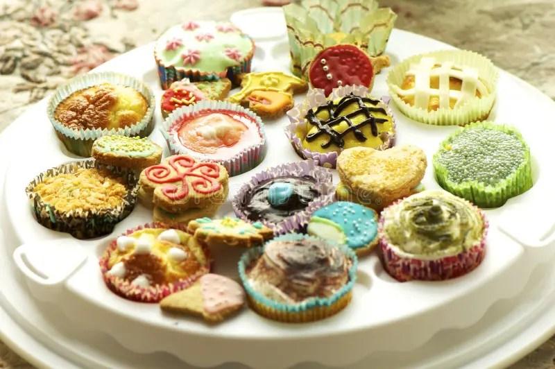 Gruppe Kleine Kuchen Und Kekse Stock Abbildung  Illustration von nachtisch feiern 29261209
