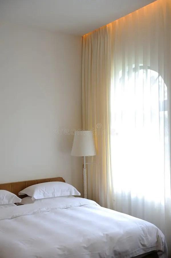 Heldere slaapkamer stock afbeelding Afbeelding bestaande