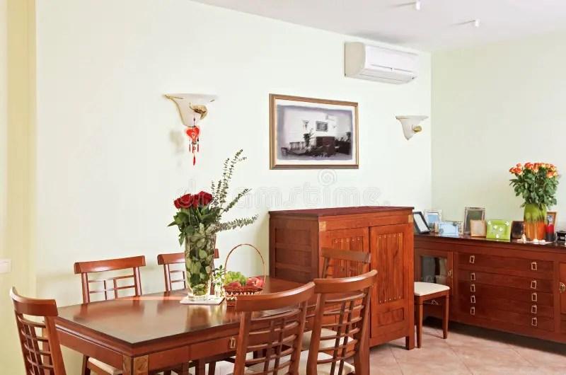 Interiore Della Sala Da Pranzo Con Mobilia Di Legno Classica Immagine Stock  Immagine di