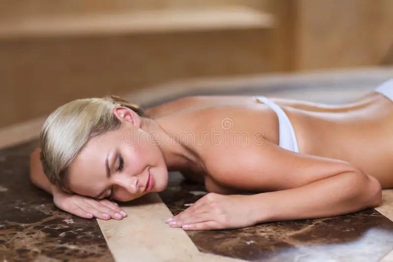 Jeune Femme Se Trouvant Sur La Table De Hammam Dans Le Bain Turc Image stock  Image du beau
