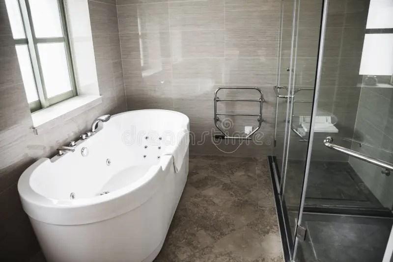 Modern Sauber Badezimmer Mit Badewanne Und Dusche Stockbild  Bild von leute hahn 33393831