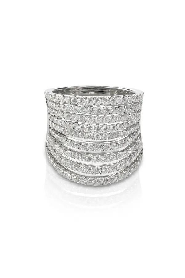 De Mooie Oorringen Van De Diamantnagel Stock Foto