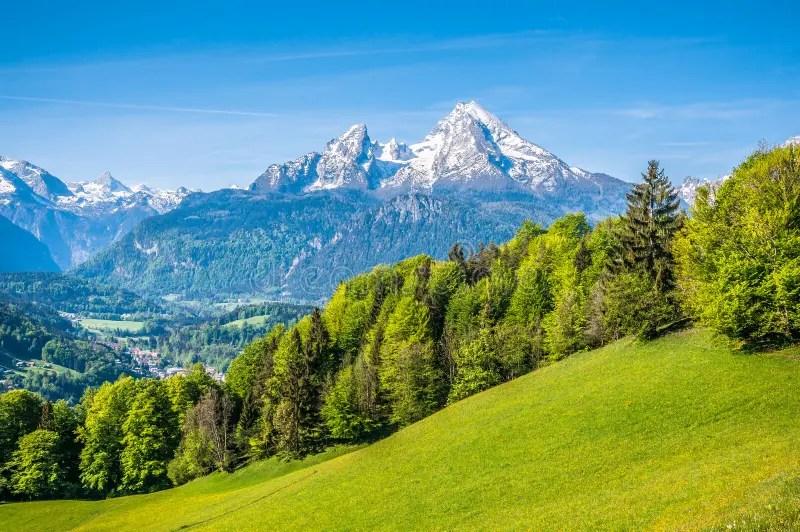 Paesaggio Alpino Idilliaco Con I Prati Verdi Le Fattorie E Le Cime Nevose Della Montagna Fotografia Stock  Immagine di tedesco erba 61098672