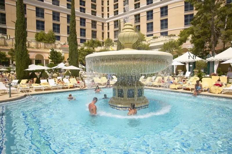 Piscina Grande Con Los Nadadores En El Casino De Bellagio En Las Vegas Nanovoltio Fotografa