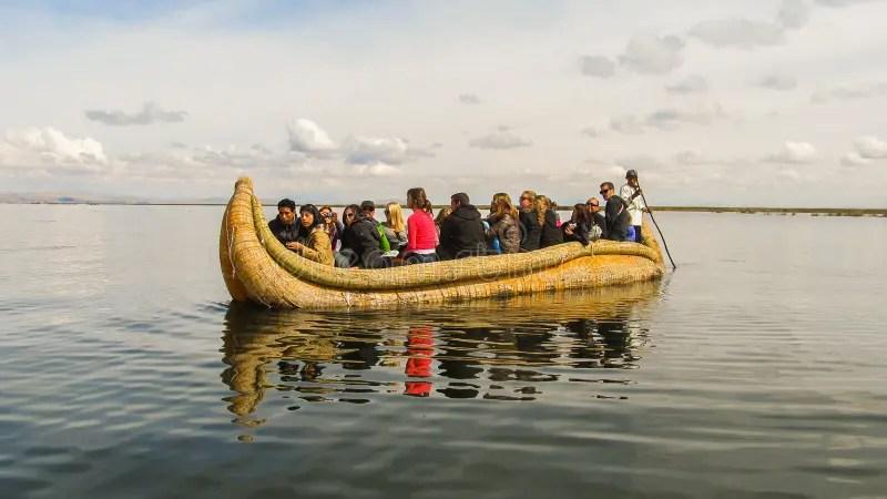 De Boot Van Het Riet Op Meer Titicaca Peru Stock