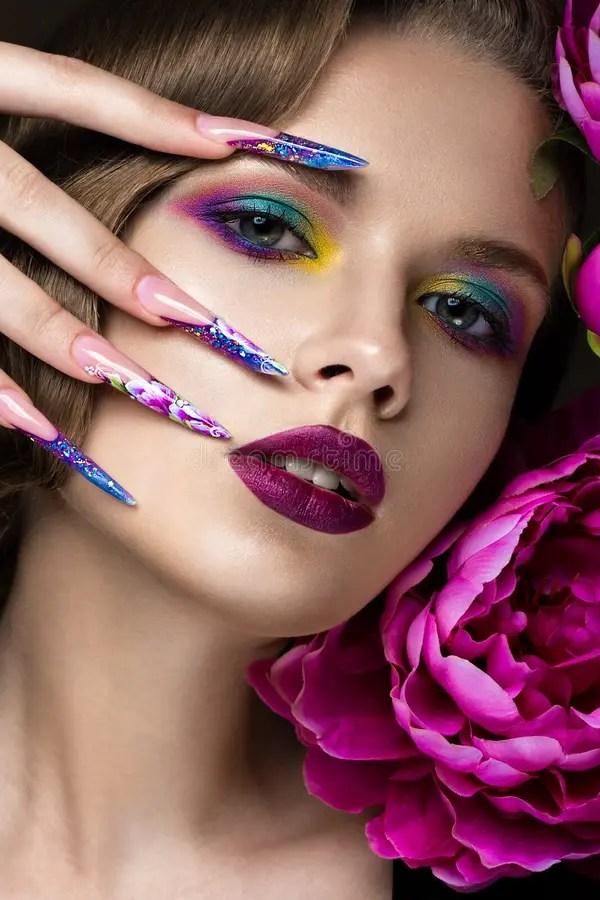 Schnes Mdchen Mit Buntem Makeup Blumen Retro Frisur