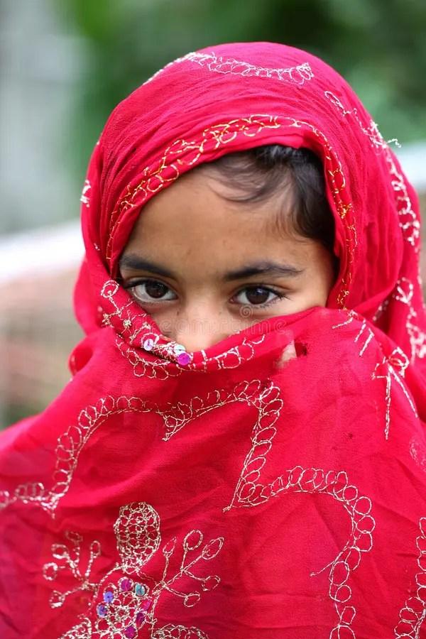 Kid mädchen bademode islamischen arabischen modest badeanzug hijab badeanzug. Moslemisches Mädchenpicknick Mit Freund Am Park Stockfoto ...