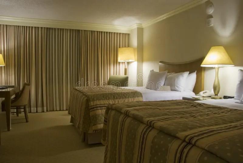 Schlafzimmer Mit Zwei Betten Mit Drei Lampen Stockfoto