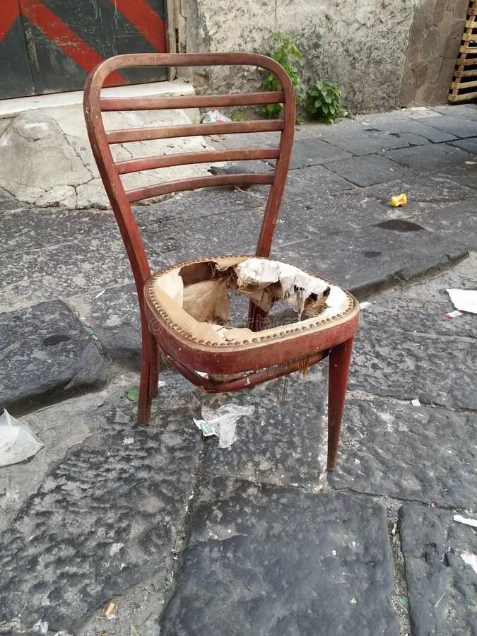 Silla rota vieja imagen de archivo Imagen de viejo silla