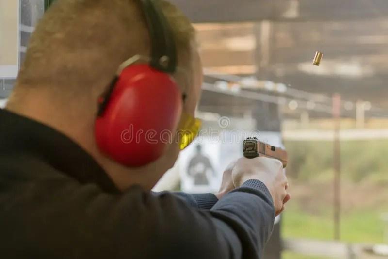 Skjuta Med En Pistol Man Som Siktar Pistolen I Skjutbana Arkivfoto - Bild av konkurrens. direkt: 78803304