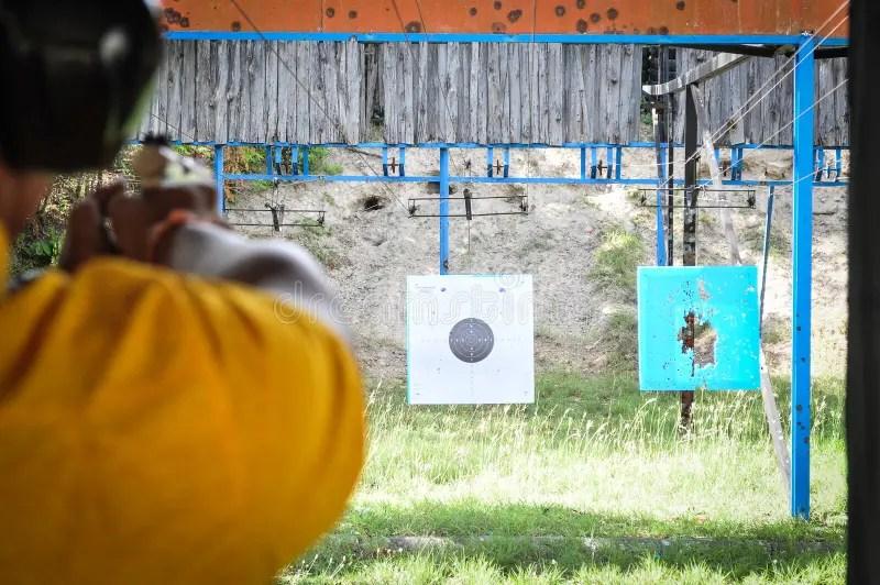Skjuta Med Vapnet På Målet I Skjutbana Skytte För Pistol För Praktiserande Brand För Man Arkivfoto - Bild av brand. fara: 79047318