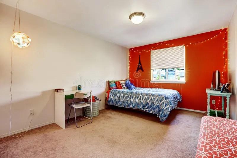 Slaapkamer Met Heldere Rode Muur Stock Foto  Afbeelding