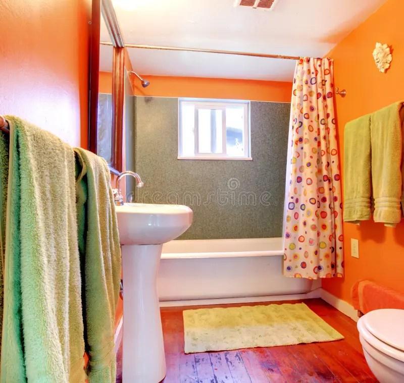 free download stanza da bagno arancione e verde con il pavimento di legno e della vasca with