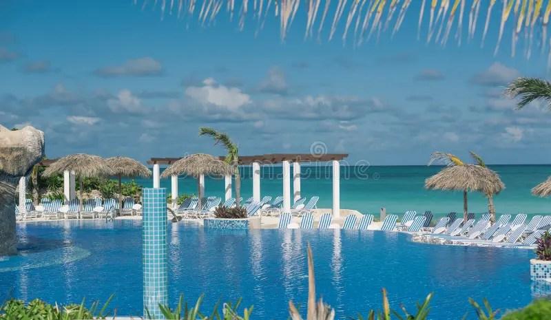 Tropisch Zwembad Tegen Rustige Oceaan En Bewolkte Blauwe Hemel Op Zonnige Dag Stock Foto