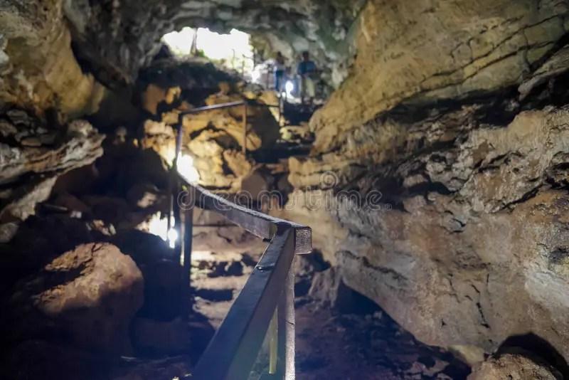 Tunnel Di Lava Di Enlighted Con Il Pavimento Umido Nell'isola Di Galapagos Della Sabbia Cruz Sul Modo A Puerto Ayora. Ecuador Immagine Stock ...