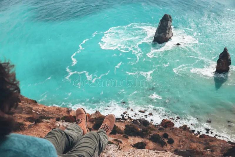 Viaggiatore Delluomo Sopra Il Paesaggio Freddo Del Mare Fotografia Stock  Immagine di litorale