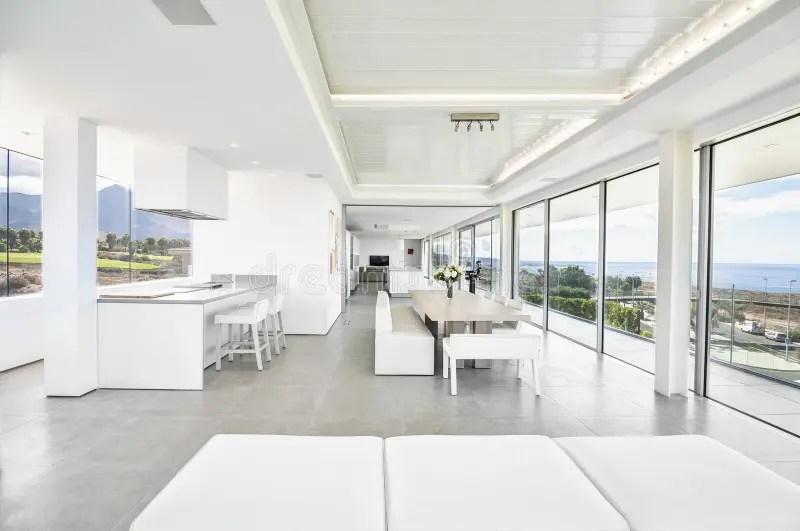 Witte Woonkamer In De Moderne Villa Stock Foto