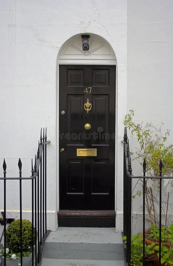 Zwarte voordeur stock afbeelding Afbeelding bestaande uit