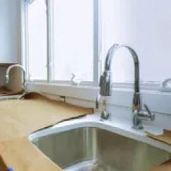 Kitchen Fixtures Lowes Island Lighting 大理石桌面桌在厨房屋子里库存照片 图片包括有烤箱 机柜 庄园 国内 不锈的厨房水槽和自来水在厨房里公寓的厨房屋子的内部