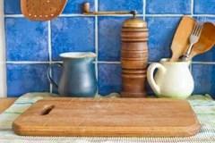 kitchen aid grinder island for ikea 与厨房辅助部件的静物画绿色水罐 手研磨机 葡萄酒木匙子 在餐巾的切板 在餐巾的切板蓝色瓦片库存照片 图片包括有研磨 烹调 65766208