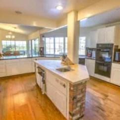 Farm Kitchen Sink Edging Tiles For 大农场有砖和木头桌面的样式厨房库存图片 图片包括有拱道 内部 装饰 微波 金黄 不列塔尼的 95240561